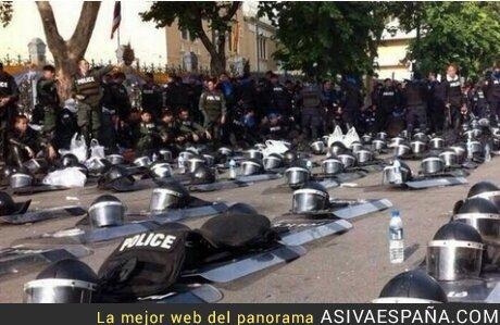 3166 - TAILANDIA - Antidisturbios dejan sus chalecos y trajes para unirse a la protesta