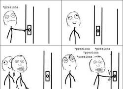 Enlace a Esperando el ascensor