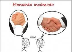 Enlace a Momento incómodo al dar la mano