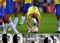 Enlace a Cada vez que Roberto Carlos lanza una falta