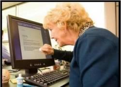Enlace a Señora mayor usando el ordenador