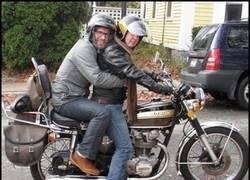 Enlace a Forma correcta de montar en moto para dos hombres según la foca homofóbica