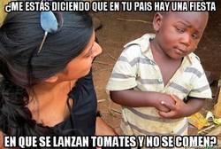 Enlace a Parece que el niño no entiende mucho la idea detrás de la tomatina