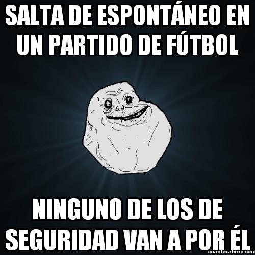 Meme_forever_alone - Salta de espontáneo en un partido de fútbol