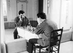Enlace a Forever alone dándole al ajedrez