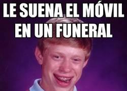 Enlace a Le suena el móvil en un funeral