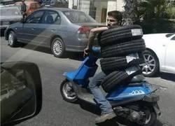Enlace a Genius transportando neumáticos
