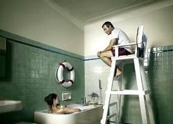 Enlace a El novio obsesivo vigilando hasta en la ducha