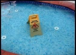 Enlace a ¡Cuidado, el suelo está mojado!