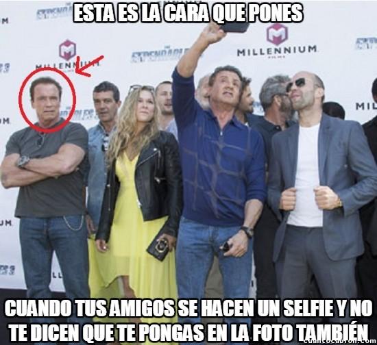 Meme_otros - Arnold Schwarzenegger sabe lo qué se siente cuando no cuentan contigo para un selfie