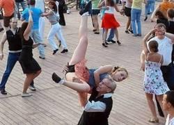 Enlace a Uno no se puede despistar ni un momento, no sabes quién podrías tener a tu lado en pleno baile
