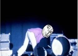 Enlace a No solo los guitarristas tenían su lado destroyer encima del escenario