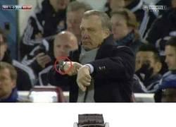 Enlace a Entrenadores de fútbol que llevan reloj por postureo