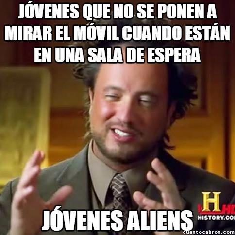 Ancient_aliens - Esa obsesión que tienen los jóvenes por mirar el móvil en una sala de espera...