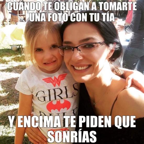 Meme_otros - Y no puedes evitar fingir la sonrisa