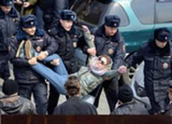 Enlace a Arrestan a una rusa en manifestación e internet se llena de chops