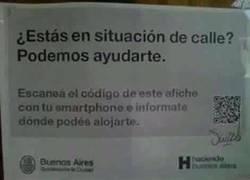 Enlace a La persona en la calle con smartphone...