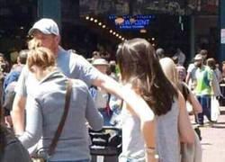 Enlace a ¿Es el brazo de la chica o le están robando?