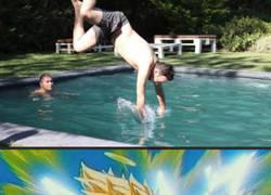 Enlace a Tiene una mala caída en la piscina y todo termina con una ronda de chops