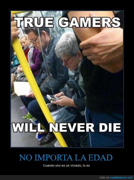 anciana,gameboy,gamer,inmortal,juega,jugar,metro