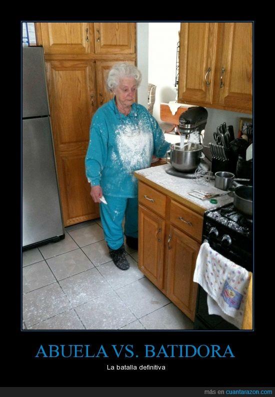 abuela,cocina,harina,liarla parda,lleno,mayor,pobrecilla,señora