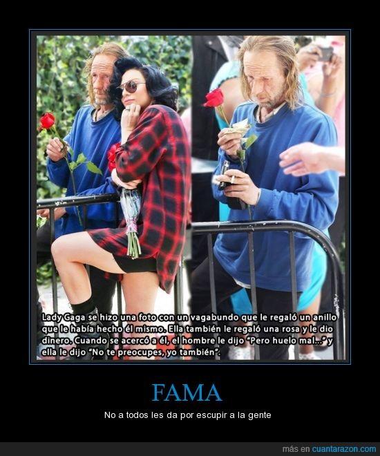 anillo,corazon,famosa,huelo,Lady Gaga,mal,oler,peste,regalo,rosa,tambien,vagabundo