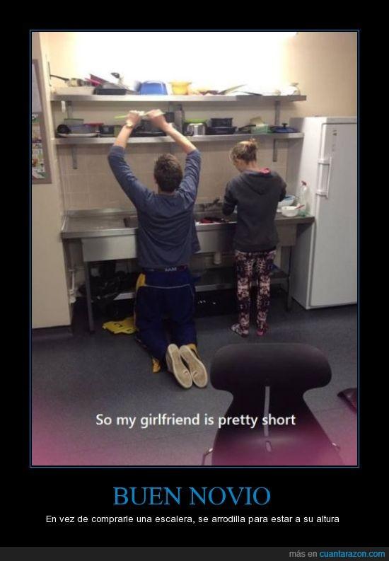 agachar,alto,arrodillar,ayudar,bajita,lavar,novia,novio,platos,rodilla