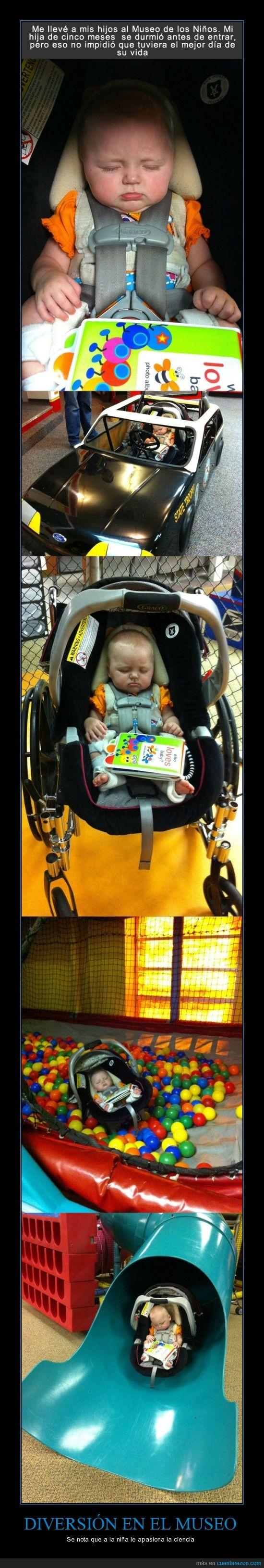 bebe,bolas,cinco meses,dormida,dormir,niña,padre,pequeña,piscina,tobogan