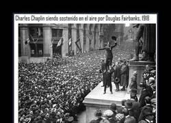 Enlace a Charles Chaplin y Douglas Fairbanks ante una multitud expectante