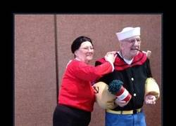 Enlace a Señores mayores disfrazados de Popeye y Olivia *___*