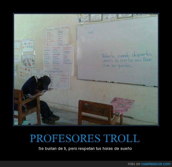 dormido,dormir,escribir,llave,maestro,mesa,pizarra,profesor,quedar,roberto