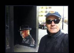 Enlace a Bryan Craston se encuentra un graffiti de Walter White de Breaking Bad