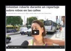 Enlace a Le roban durante un reportaje sobre robos, la mala suerte hecha mujer