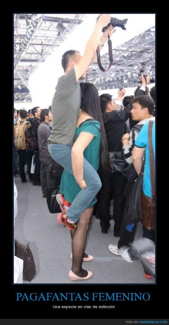 alzar,caballito,chico,coger,hombros,levantar,mujer,pagafanta,sacar foto,WTF