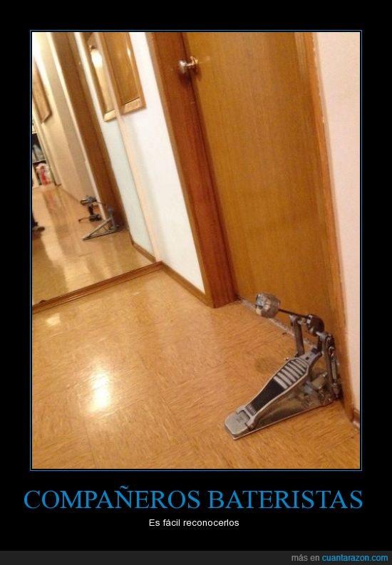 baterista,cambien la descripcion si quieren,compañero de cuarto,Mi compañero de cuarto instalo su nuevo toca puertas,puerta
