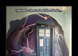 Enlace a Los fans del Dr. Who tenéis que pintar vuestro armario así