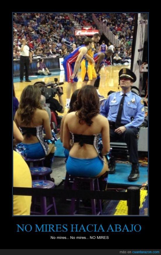 abajo,animadora,baloncesto,cheerleader,escote,guardia,mirar,partido,policia,segurata,seguridad,trabajo