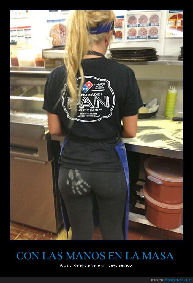 atras,chica,dominos,harina,mancha,manotazo,pantalon,pizza,trasero