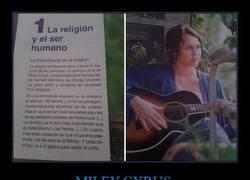 Enlace a Algo va muy mal en esta sociedad cuando ves a Miley Cyrus en un libro de religión