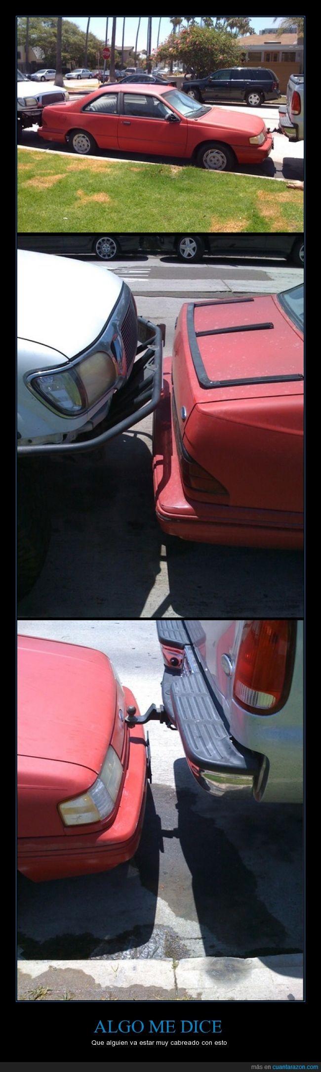 aparcao,auto,cabreado,delante,detras,encajado,encajar,espacio,imposible,justo,para choques,parqueo,rojo,sacar