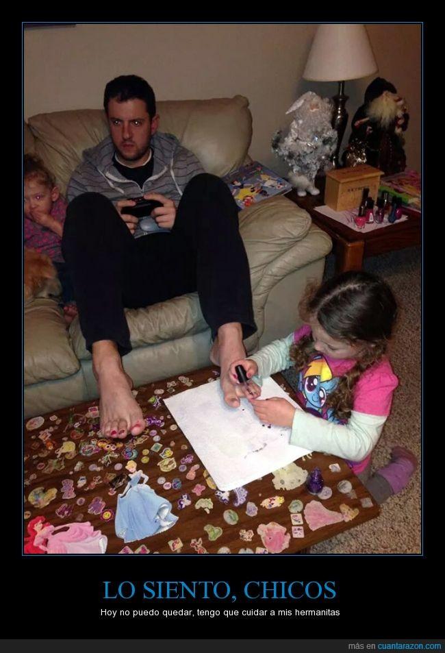 consola,jugar,manchar,mesa,niñera,pegatinas,pequeña,pintar,uñas,xbox