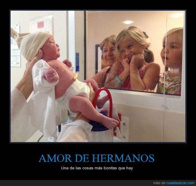 alegría,amor,bebe,feliz,hermana,hermanos,niño,primera vez,recien nacido,sonrisa