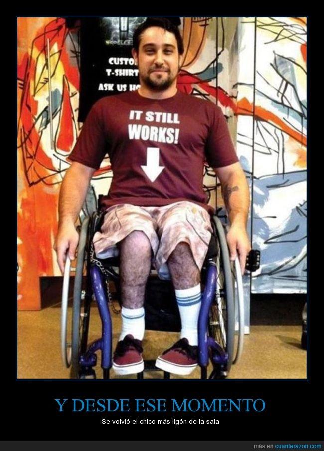 camiseta,flecha,funcionar,minusvalido,paraplejico,piernas,señalar,silla de ruedas