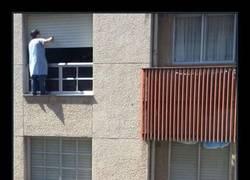 Enlace a Lo que sea por dejar las ventanas como los chorros del oro