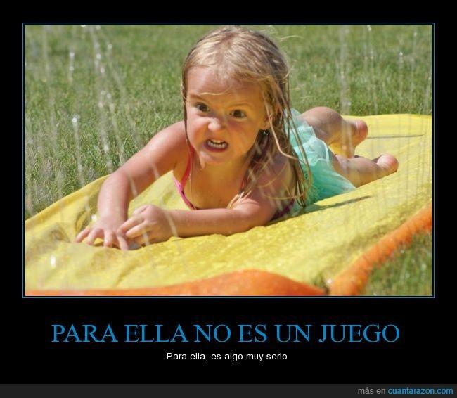 agua,juego,Nena,niña,resbala,seriedad