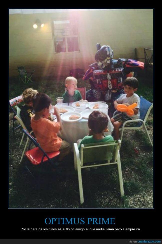 aburridos,acoplado,invitar,jugar,mesa,niño,optimus prime,solo,te,tomar,transformers