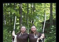 Enlace a Brutales los clones de este festival de gemelos