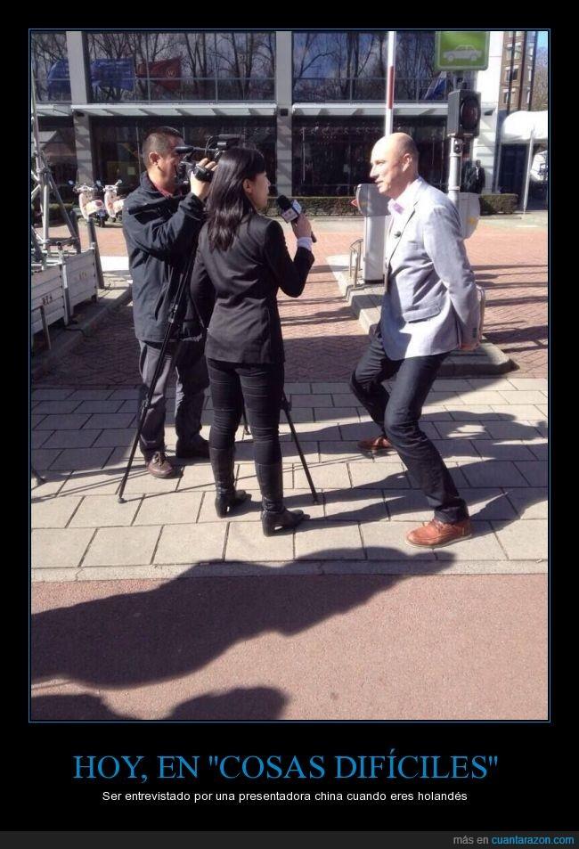 agachar,alto,bajitos,chaparros,chica,china,Chinos,entrevista,entrevistadora,holandés,mujer,piernas,televisión