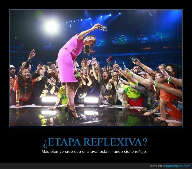 braguitas,escenario,espejo,falda,interior,mirar,niño,reflejo,ropa,Selena Gomez