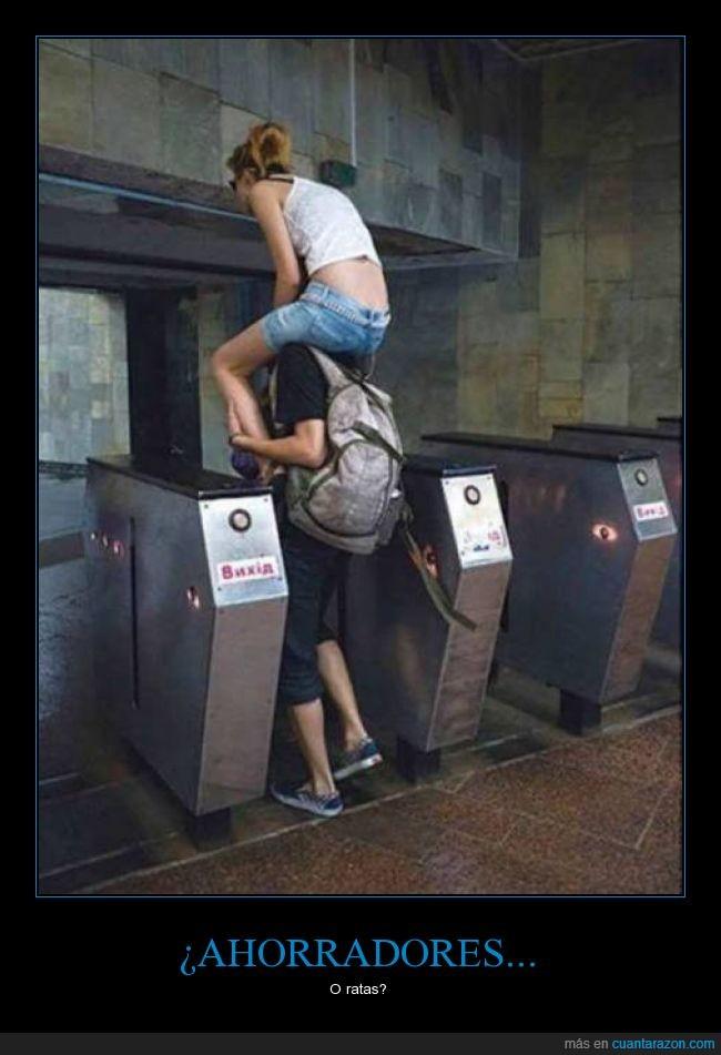 ahorrador,chica,chico,dinero,encima,metro,pagar,rata,subir,transporte publico,tren